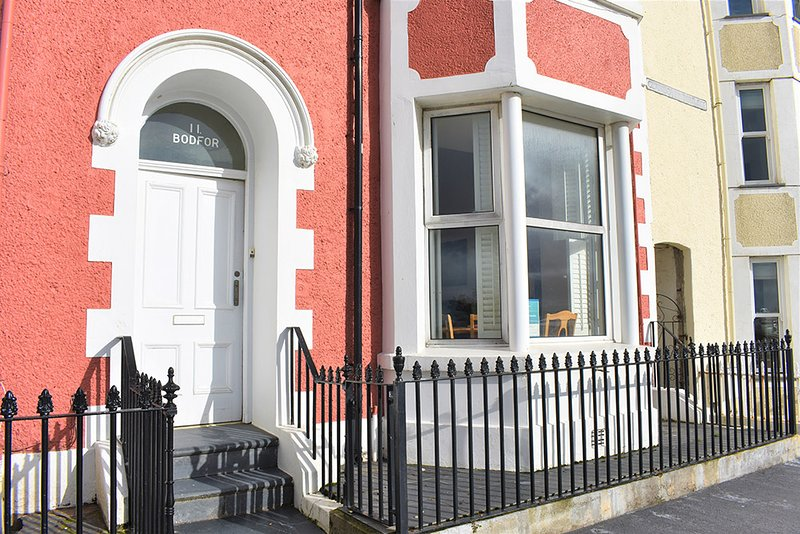 11 Bodfor Terrace - 3 Bedroom Modern Ground Floor Apartment, Sleeps 6, holiday rental in Aberdovey