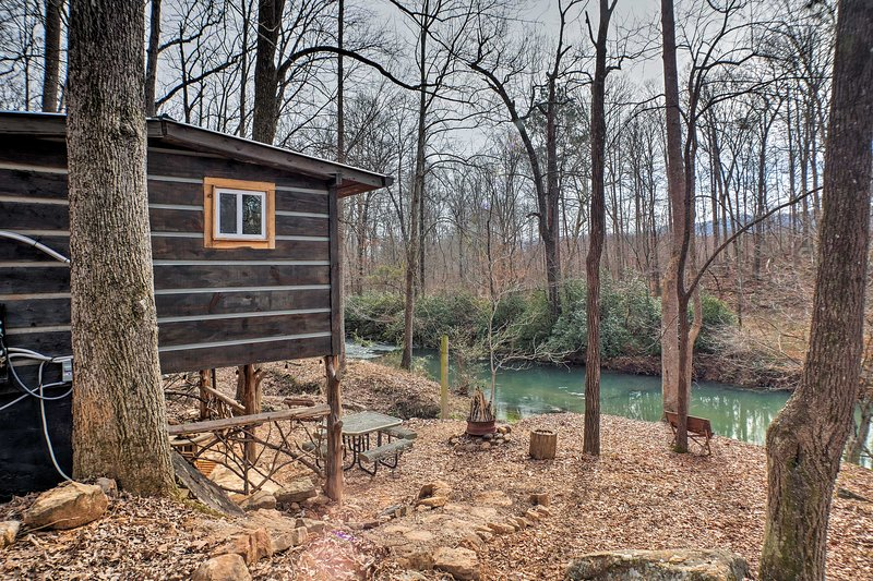 'The Treehouse Cabin' Creekside Home w/ Hot Tub!, holiday rental in Armuchee