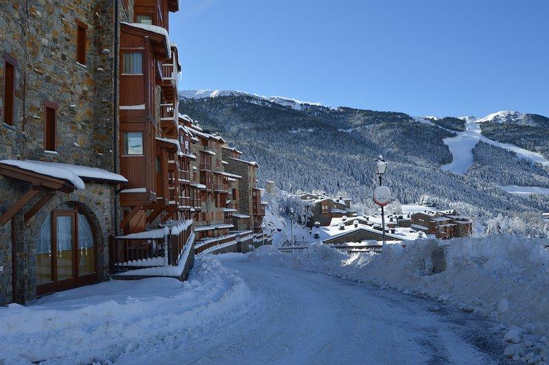 Apto nuevo en La Pleta de Soldeu, con 2 habitaciones,  WIFI y parking, holiday rental in Soldeu