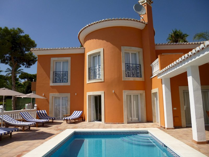 Panoramic 5 bedrooms En suite villa with private heated swimming pool and, vacation rental in Mijas