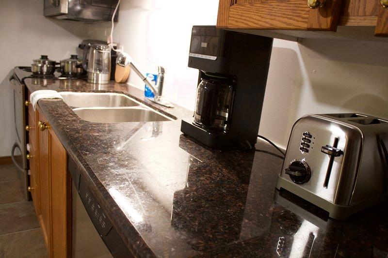 2 Bedrooms, Full Kitchen, conveniently located near Highway 403, alquiler de vacaciones en Cambridge