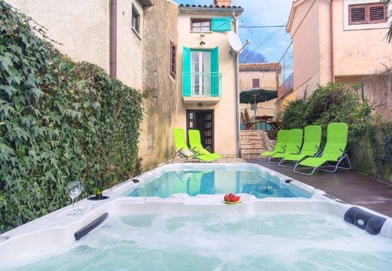 Gracisce Holiday Home Sleeps 8 with Pool and Air Con - 5775789, alquiler vacacional en Krbune