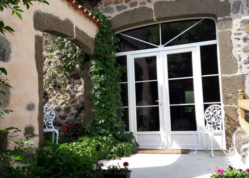 Appartement de charme dans ferme rénovée, holiday rental in Polignac