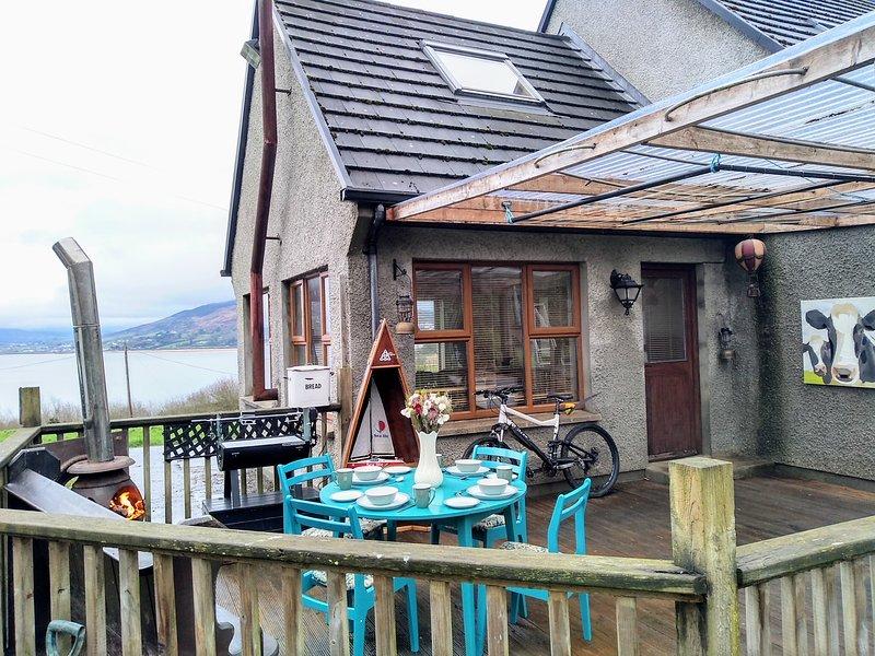 Patio / overdekt terras met veel beschutting, chiminea, spit grill / bar-b-que en een geweldig uitzicht.