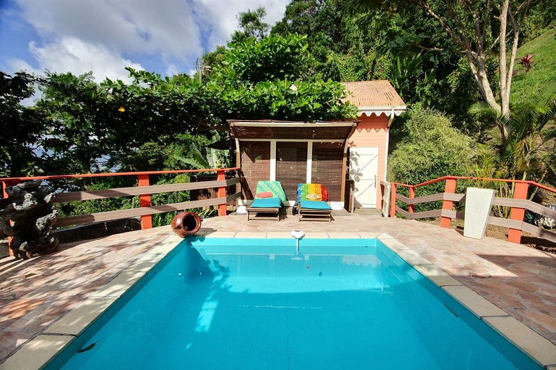 Cottage Inka, jacuzzi, vue mer, proche des plages des Anses d'Arlet, aluguéis de temporada em Les Anses d'Arlet