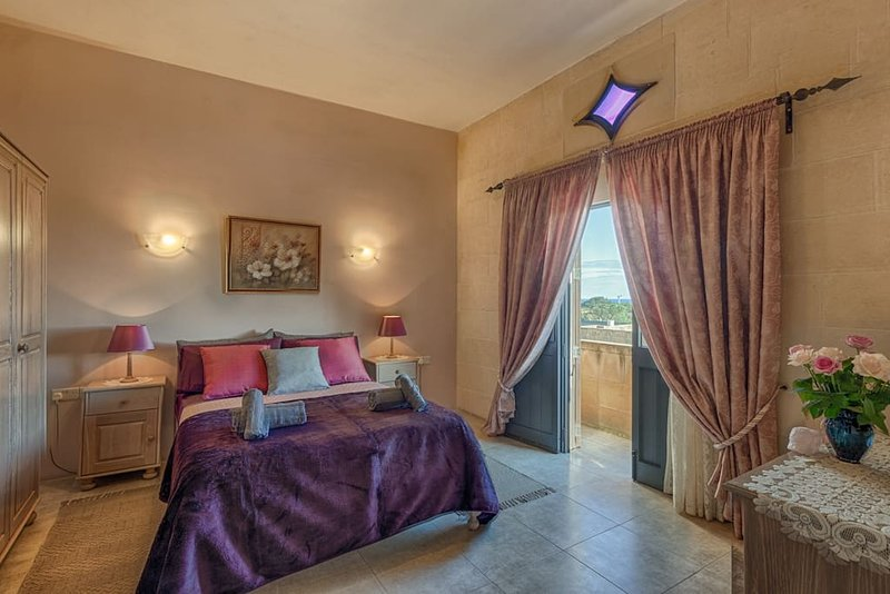 Ghajn Damma, Guest House, Charming Queen Room Ensuite Bathroom with Balcony, location de vacances à Xaghra