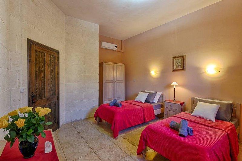 Ghajn Damma, Guest House, Cosy Twin Room / Shared Bathroom on Valley Ridge, location de vacances à Xaghra