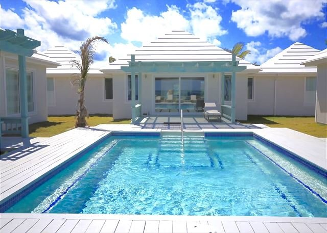 Brand New Luxury Beachfront Estate with Heated Pool on Banks Road, holiday rental in North Palmetto Point