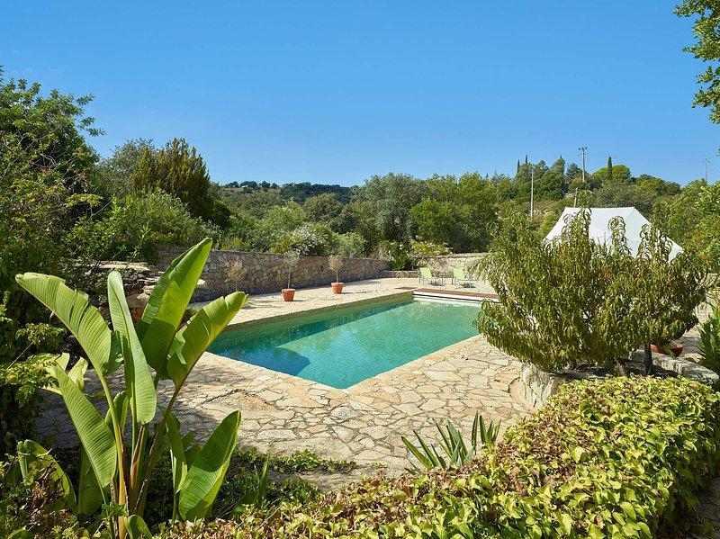 Azinhal e Amendoeira Villa Sleeps 6 with Pool Air Con and WiFi - 5679472, alquiler de vacaciones en Azinheiro