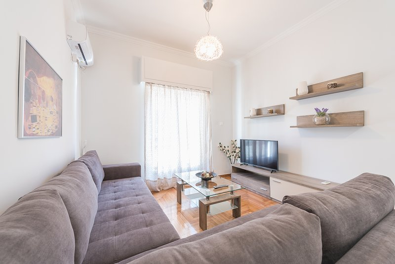 Bright 2 bdrm apt in the heart of Athens, holiday rental in Tavros