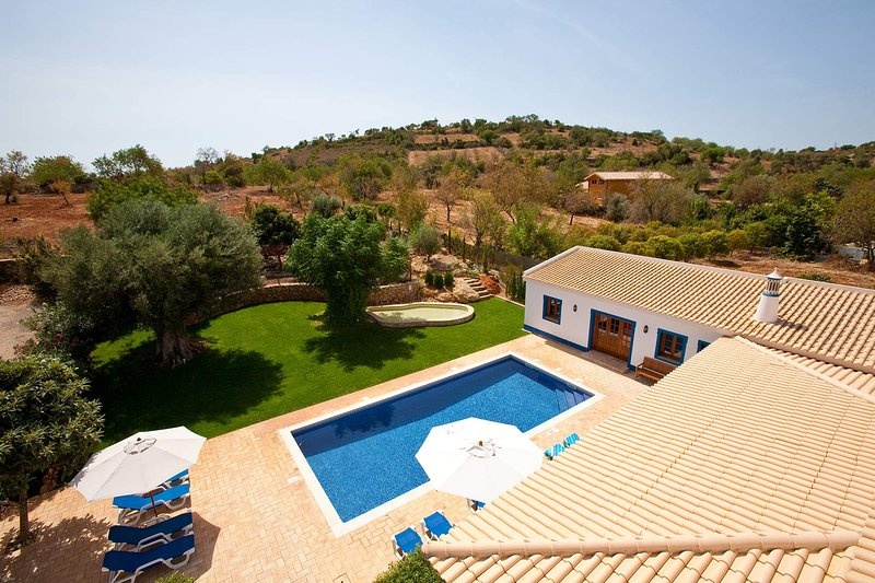 Aroal Villa Sleeps 10 with Pool Air Con and WiFi - 5693956, holiday rental in Cerca Velha