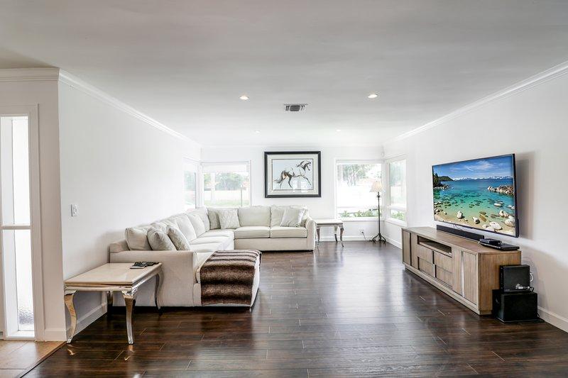 """Muy amplia sala de estar, ideal para reuniones familiares o de amigos. Completa con un bonito televisor de 65 """"."""