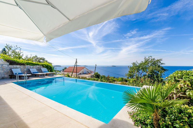 Six Bedroom Villa with Terrace and Swimming Pool, vacation rental in Mlini