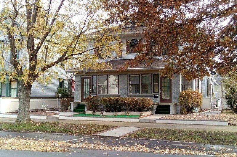 City Plex Studio #3, (grd fl. rear) New Albany IN, holiday rental in Floyds Knobs
