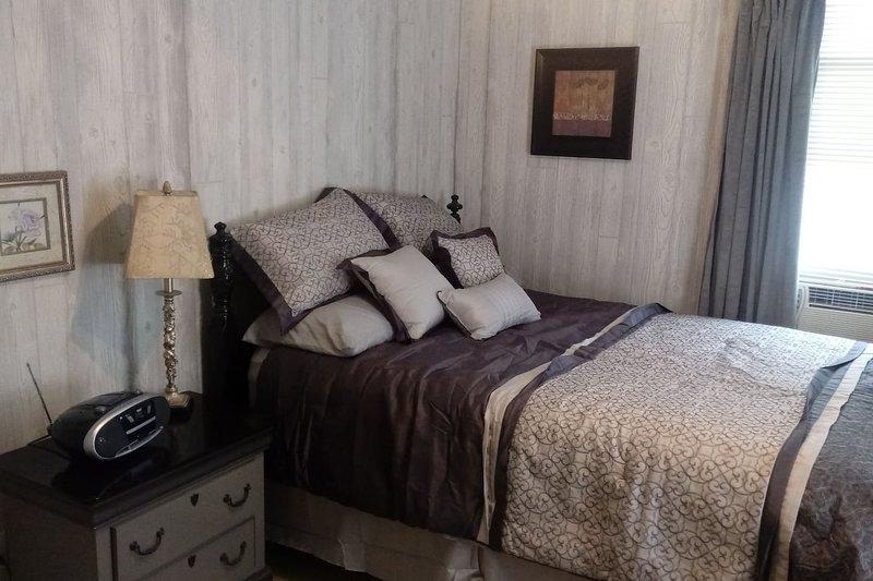 Binghamton Vestal Studio, 2nd floor, private enter, holiday rental in Floyds Knobs
