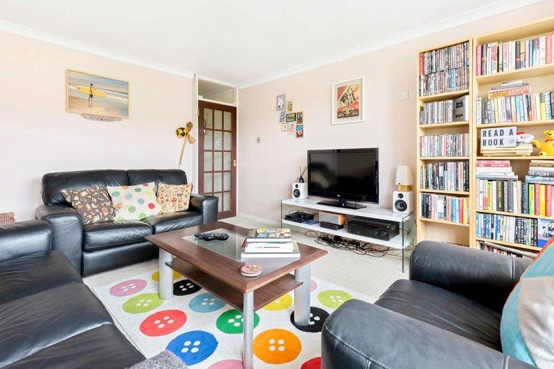 Gezellige woonkamer met comfortabele sofa's. Leun achterover en kijk naar de tv.