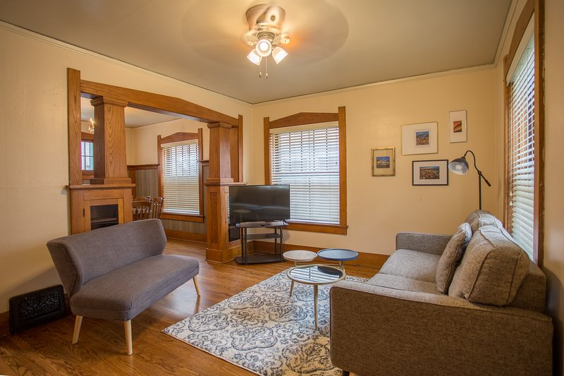 Charming 2 Story In the Heart of Omaha! Sleeps 7!, vacation rental in Council Bluffs