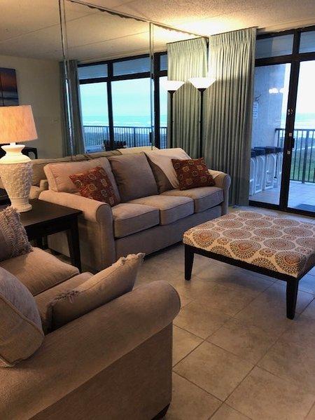 Condominio di nuova proprietà con una splendida vista sull'oceano e di sedersi in un comodo divano e poltrona con soffici lanci per avvolgerti con fresche brezze.
