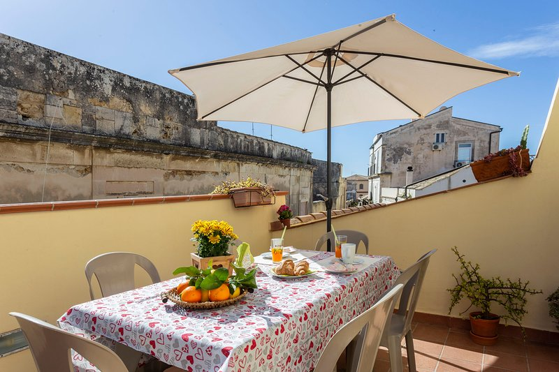 3rd floor apartment with private terrace in a prestigeous building with elevator, holiday rental in Casale Modica