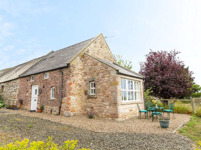 THE BOTHY, views over countryside, woodburning stove, off road parking, garden, vacation rental in Lowick