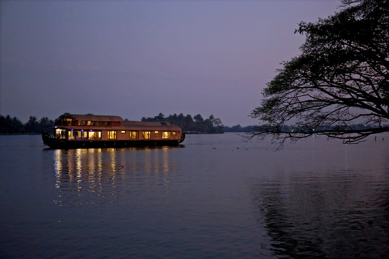 Gokul cruise Lake Riviera | 4bedroom luxury houseboat, holiday rental in Alappuzha