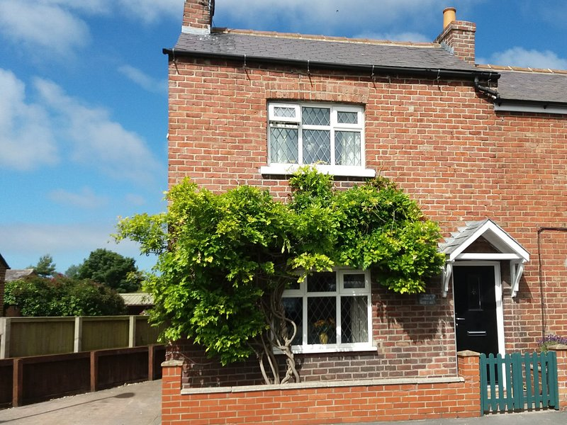 SUNNYSIDE COTTAGE, WI-Fi,  pet friendly, character holiday cottage, with a, casa vacanza a Flixton