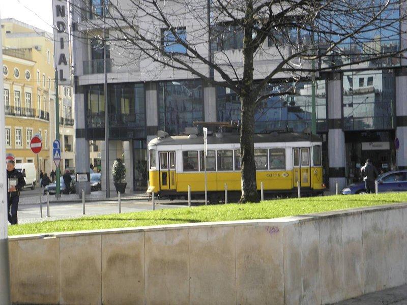 Largo do Martim Moniz con el famoso eléctrico 28, proximidad del edificio