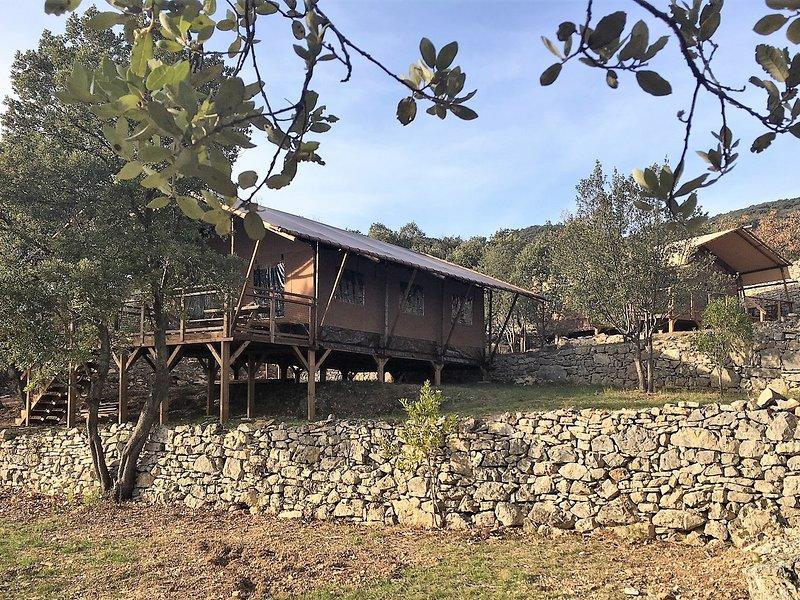 Yucca Lodge tout confort, pleine nature à 10 min. du Lac Salagou, aluguéis de temporada em Le Puech