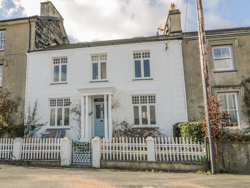 Afallon, Grade II listed town house, WiFi, tiered garden, beautiful views, in, vacation rental in Porthmadog