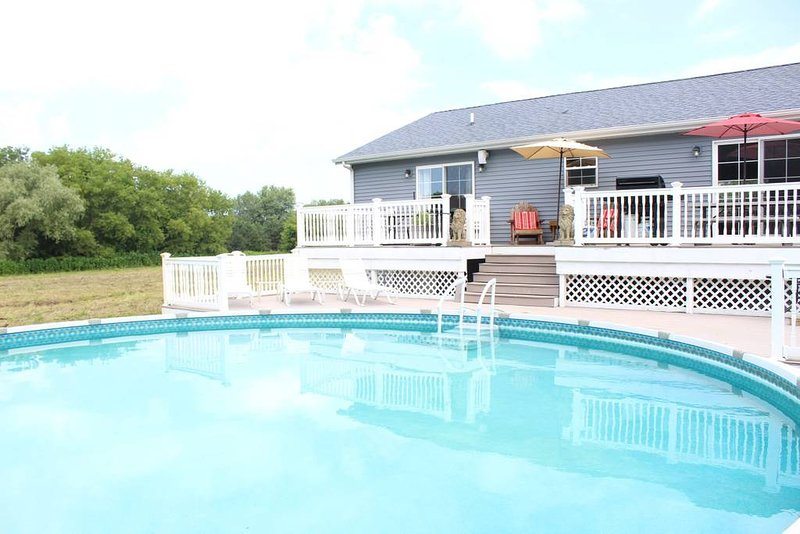 ★Spacious & Private ★ Pool ★ 15 min to GR ★ Family Friendly ★ CLEAN ★, holiday rental in Allegan