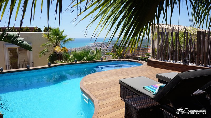 Stunning Villa Ibizenca with great views across Sitges and private pool, holiday rental in Garraf