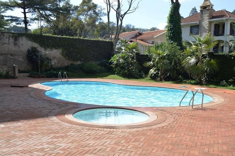 The PINE LUSH- SECURE & SPACIOUS! Private Room:G -2 MIN drive to SARIT CENTRE, holiday rental in Nairobi