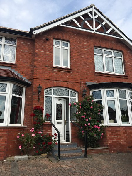 Seamoor House -  6 bed/6 bath with sea views, garden, parking, hot tub and SKY – semesterbostad i Scarborough District