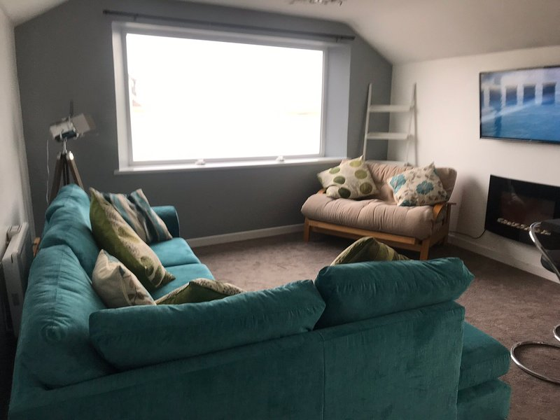 Two bed top floor apartment in the centre of Portrush with stunning sea views, location de vacances à Portrush