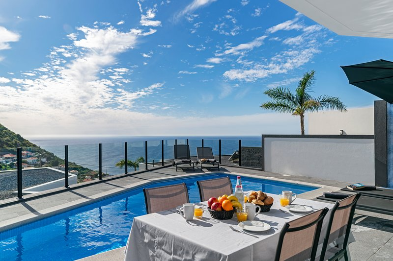 NEW! – Beautiful modern villa, A/C, heated pool, sea-view | Calheta Charm, location de vacances à Arco da Calheta