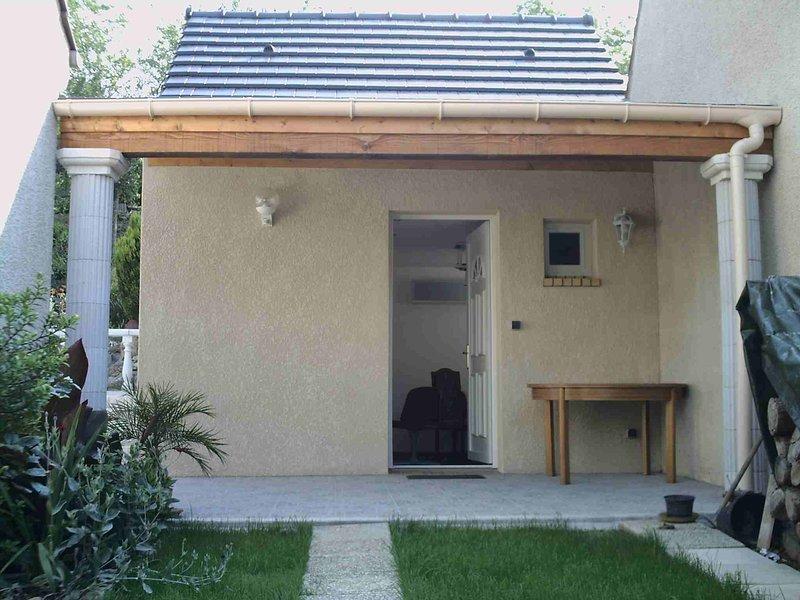 Studio indépendant tout confort dans cadre calme et verdoyant, location de vacances à Champcueil