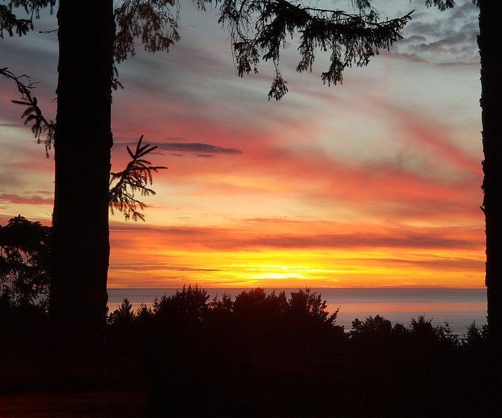 Onde as montanhas cobertas de florestas beijam o Pacífico (o pôr do sol no deck privativo)!