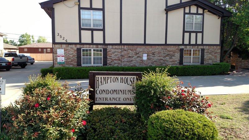 Economy, 2 Bedroom Condo, has all the basics., location de vacances à Oklahoma City