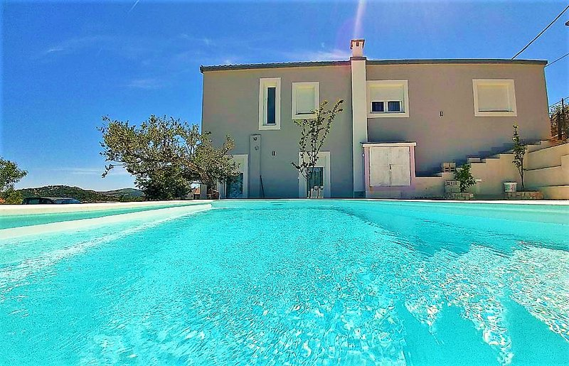 Holiday House app Nanara with pool