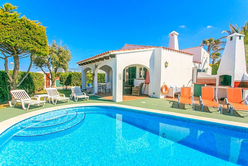 Villa Iris: Large Private Pool, Walk to Beach, WiFi, Car Not Required, alquiler vacacional en Cap d'Artrutx