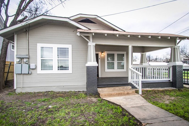 Hackberry St #A Renovated 2BR/2BA Near Downtown, holiday rental in Elmendorf