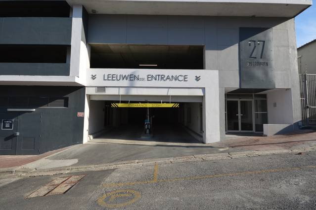 Entrada al estacionamiento seguro gratuito y puerta principal del edificio con seguridad las 24 horas