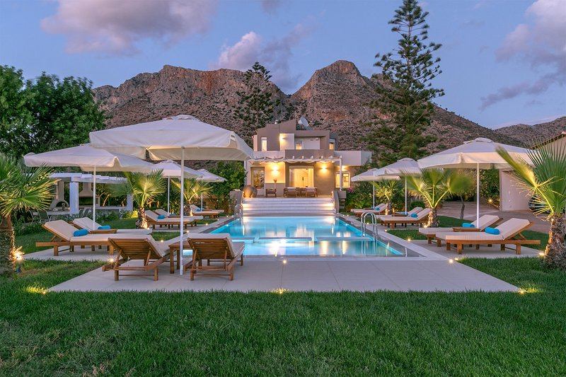 2 Level Villa*Private pool*Right next to the Beach 'Zorbas the Greek' was filmed, alquiler vacacional en Stavros