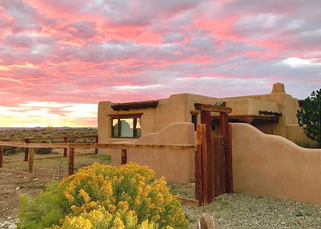 Charming Adobe Home, Pet-Friendly w/ Mountain Views, casa vacanza a El Prado