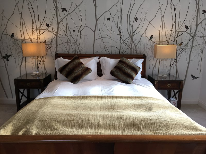 Main Bedroom with triple aspect and 5'6 bed and en-suite.