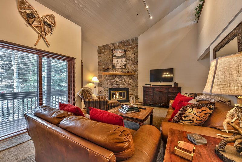 Niveau principal avec salon, salle à manger, cuisine et balcon avec barbecue