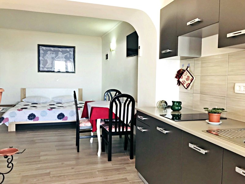 Appartamento Vesna6 Umag-Zambratija terazzo vista mare vicino alla spiaggia Wifi, holiday rental in Zambratija