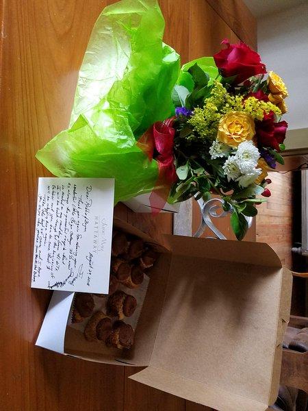 Une carte de remerciement et des fleurs d'un invité fréquent
