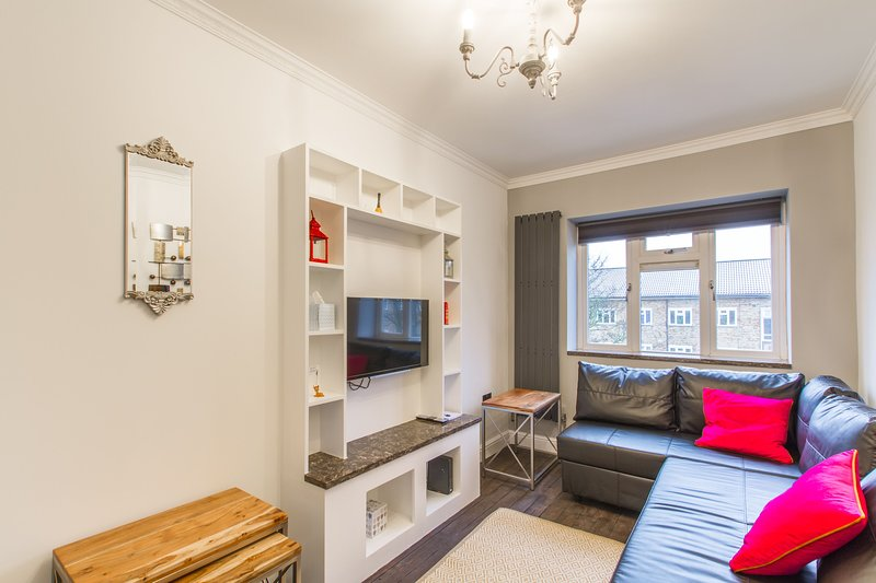 Luxury London Apartment 3 minutes from Wood Green Underground Piccadilly Line, vacation rental in Harringay