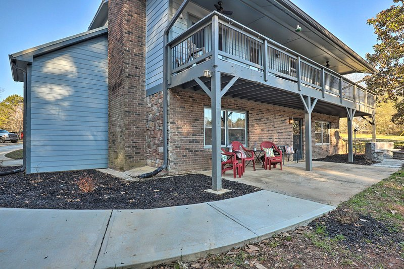 Apt w/ Shared Pool - 23 Miles to LakePoint!, holiday rental in Cartersville